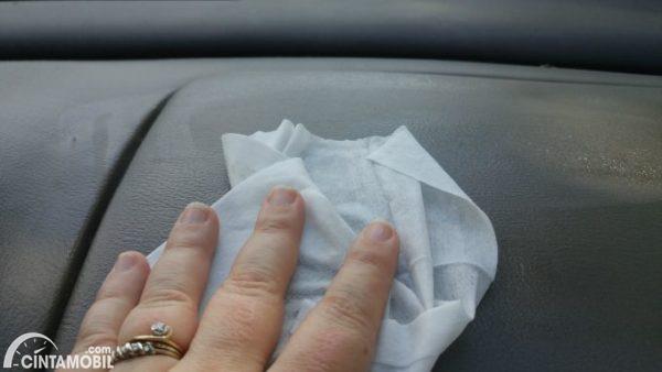 membersihkan dashboard mobil dengan tisu bayi