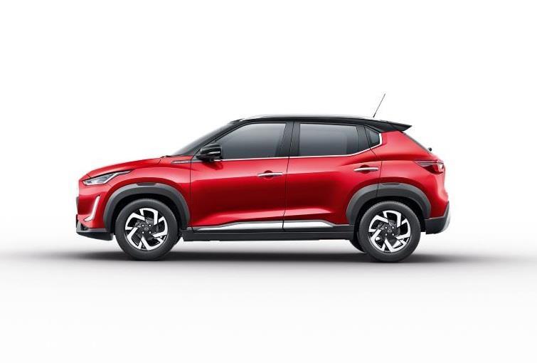 Tampilan samping Nissan Magnite 2021 berwarna merah