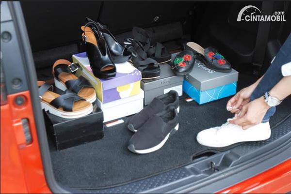 Sepatu di Mobil