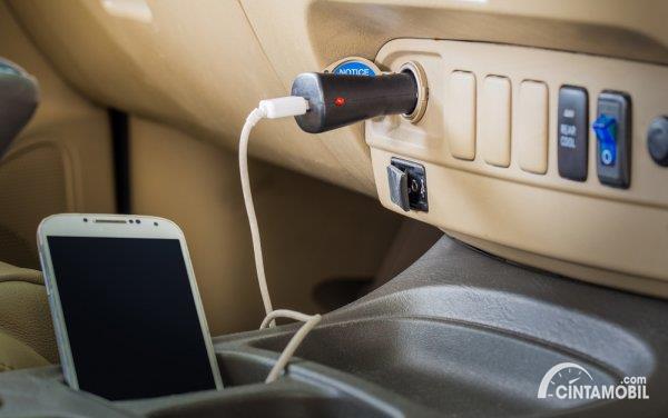 Charger Ponsel di Mobil