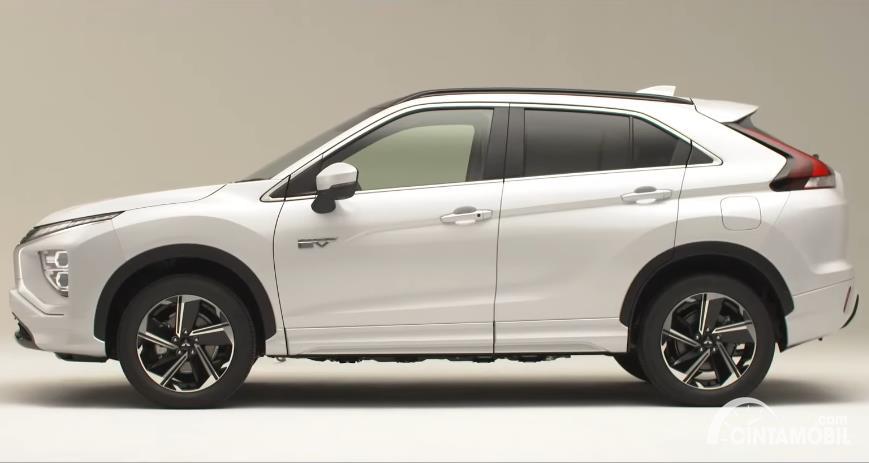 Tampilan samping Mitsubishi Eclipse Cross 2021 berwarna putih