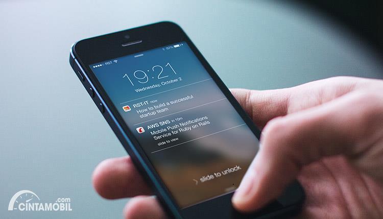 smartphone yang memberikan notifikasi pada pengguna