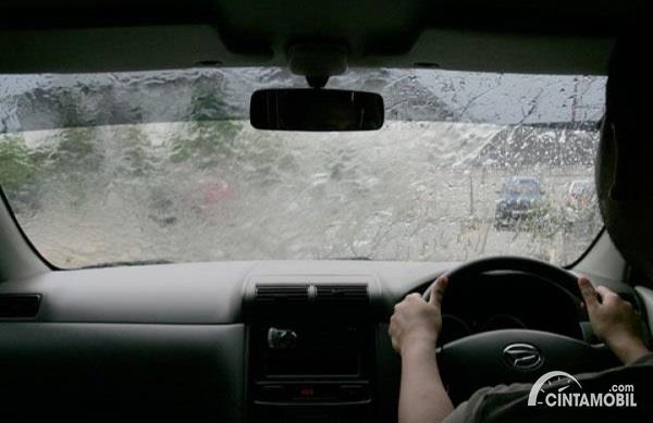 Gambar hujan lebat di dalam Daihatsu Xenia