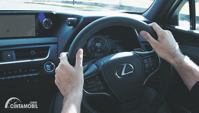 Gambar mengemudi mobil listrik Lexus UX 300e 2020