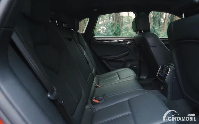 Kursi Porsche Macan 2020 berwarna hitam