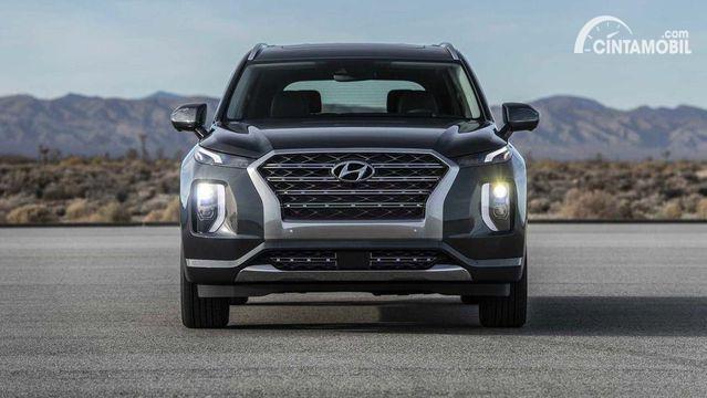 Gambar menunjukkan mobil Hyundai Palisade berwarna hitam dilihat dari sisi depan