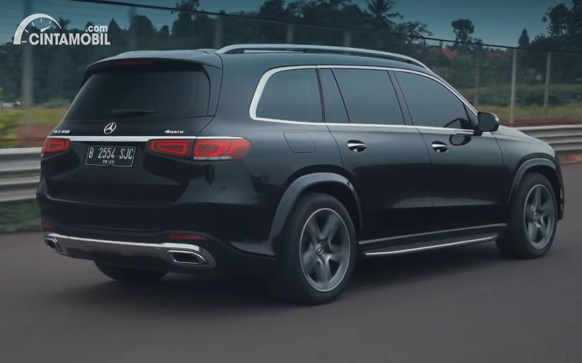 Tampilan belakang Mercedes-Benz GLS 450 AMG Line CKD 2020 berwarna hitam