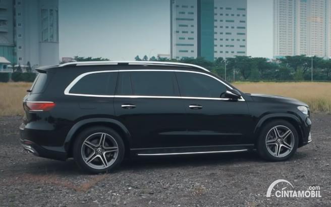 Tampilan samping Mercedes-Benz GLS 450 AMG Line CKD 2020 berwarna hitam