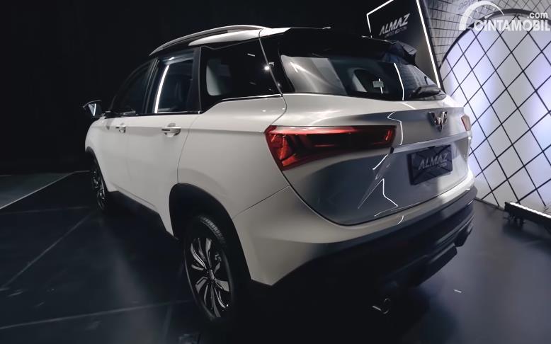Tampilan belakang Wuling Almaz Limited Edition 2020 berwarna putih