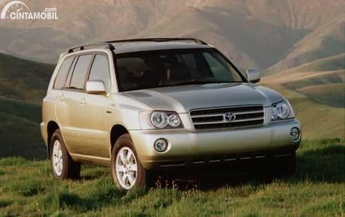 Gambar menunjukkan tampilan mobil Toyota Highlander 2001