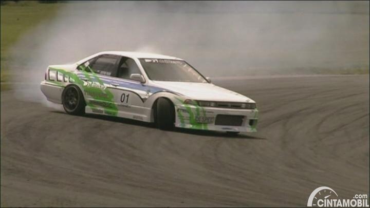 Gambar menunjukkan sebuah mobil Nissan Ceferio berwarna silver dilihat dari sisi depan