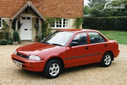 Gambar menunjukkan sebuah mobil Daihatsu Charade berwarna merah dilihat dari sisi depan