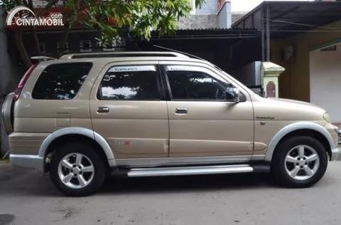 Gambar menunjukkan sebuah mobil Daihatsu Taruna FGX Oxxy 2005 berwarna silver dilihat dari sisi depan