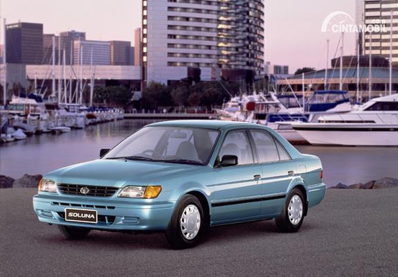 Gambar menunjukkan tampilan dari mobil Toyota Soluna berwarna biru dilihat dari sisi depan