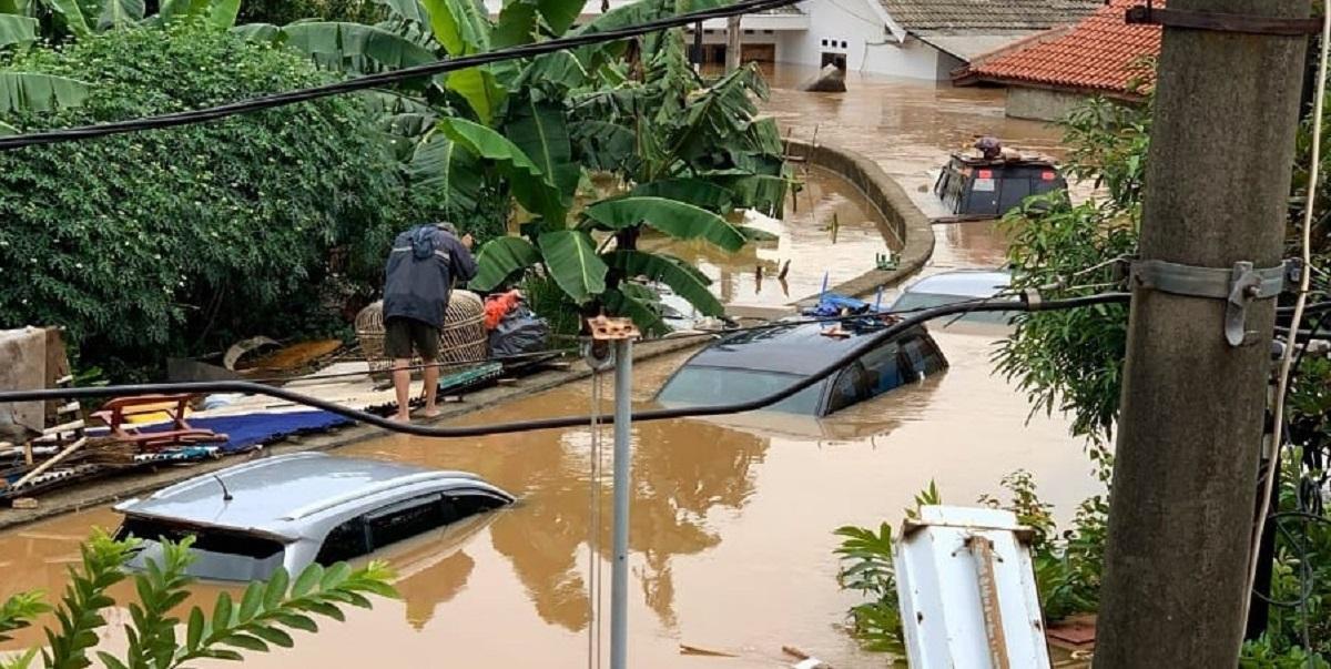 Gambar menunjukan Mobil terendam banjir