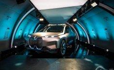Mobil Konsep Listrik BMW Vision iNext Diperkenalkan dalam Lambung Pesawat