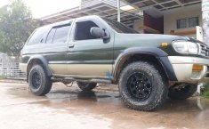 Nissan Pathfinder  1997 Hijau