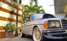 Mercedes-Benz 200  1981 Silver