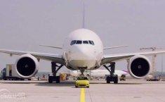 """""""Little Giant"""", Ketika si Mungil Mini Cooper SE EV Tarik Boeing 777F"""