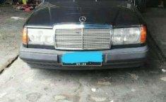 Mobil Mercedes-Benz 300E 1988 terbaik di Jawa Barat