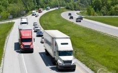 Tips Berkendara Aman Menghadapi Truk di Jalan