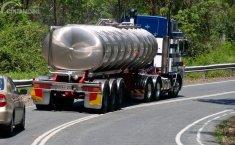 Waspada Berkendara Dekat Truk Pengangkut Bahan Kimia