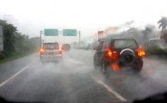 6 Tips Berkendara Saat Hujan Lebat