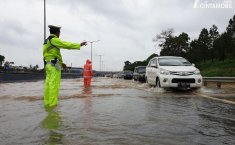 Mobil Kepergok Banjir, Cari Jalan Lain atau Mantap Terjang