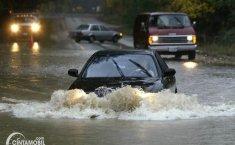 Jika Nekat Menerjang Banjir, Klaim Asuransi Mobil Ditolak!