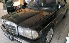 Jual mobil Mercedes-Benz 200 2.0 Manual 1990 dengan harga murah di Jawa Tengah