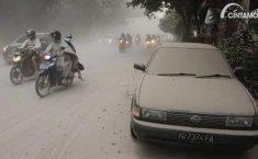 Menyetir Saat Hujan Abu Harus Lebih Waspada, Ini Sebabnya