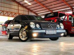 Mercedes-Benz E-Class 1996 Jawa Timur dijual dengan harga termurah