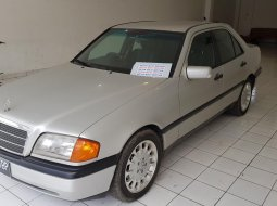 Mercedes-Benz 200 2.0 Manual 1995 Sedan