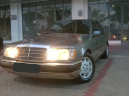 Mercedes-Benz 220E 2.2 Manual