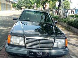Mercedes-Benz E-Class E 220 1995 Abu-abu hitam
