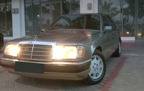 Mercedes-Benz 220E 2.2 Manual