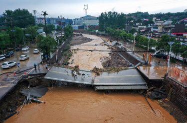 Foto menunjukkan infrastruktur di Kota Zhengzhou rusak akibat banjir bandang