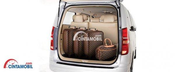 Gambar ruang bagasi mobil Hyundai H1 2017 dengan 3 kompor besar dan satu tas kecil