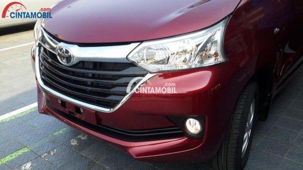 Gambar mobil Toyota Avanza 2015 berwarna merah dilihat dari sisi depan