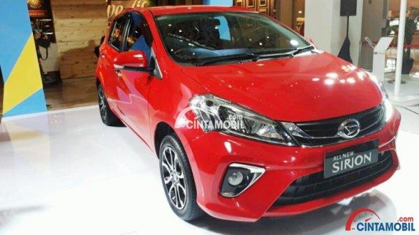 Sisi depan mobil Daihatsu Sirion 2018 berwarna merah