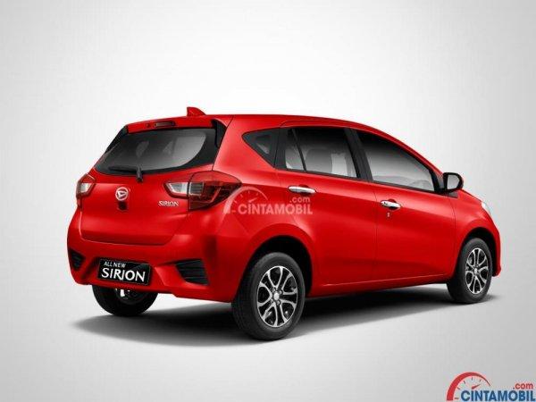 Gambar mobil Daihatsu Sirion 2018 berwarna merah dilihat dari sisi belakang