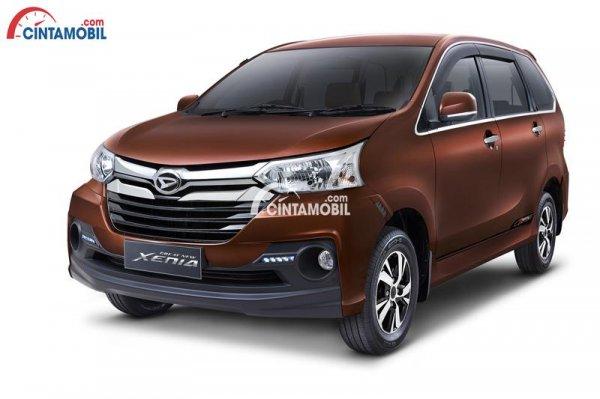 Gambar menunujukkan profil Daihatsu Xenia R Sporty 2017 berwarna coklat