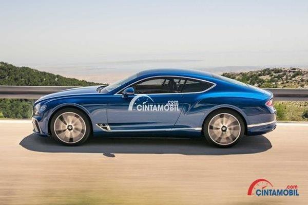 Ban Besar Dengan Desain Menarik di mobil Bentley Continental GT 2018 berwarna biru