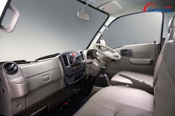 Gambar bagian interior mobil Isuzu Traga 2018 dengan kelengkapan fitur di dalamnya