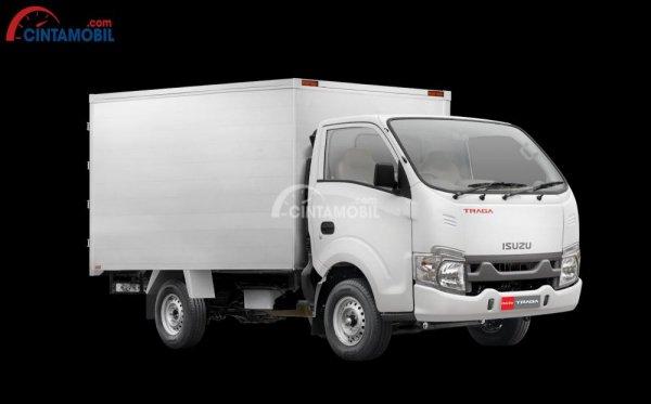 Gambar mobil Isuzu Traga 2018 berwarna putih dilihat dari sisi samping