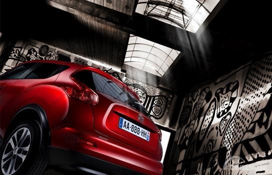 Nissan Juke 2011 berwarna merah dilihat dari sisi belakang Memiliki Bentuk Unik