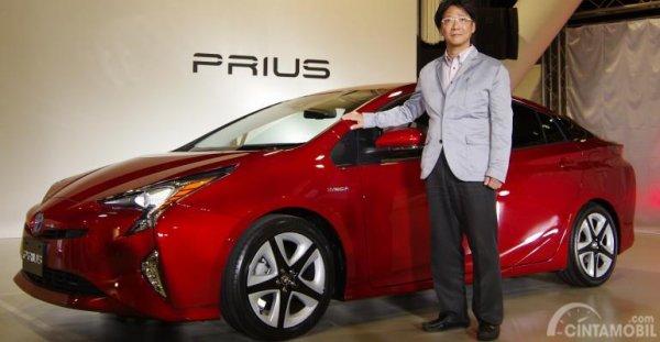 Perancang Toyota Prius Koji Toyoshima terlihat sedang memperkenalkan Toyota Prius kepada publik