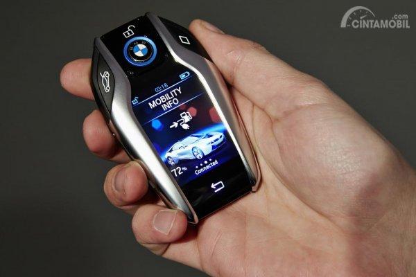 Gambar yang menunjukan smart key pada kendaraan dengan berbagai fitur
