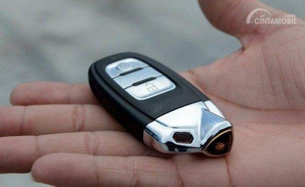 Gambar yang menunjukan tangan pengemudi yang sedang memegang smart key