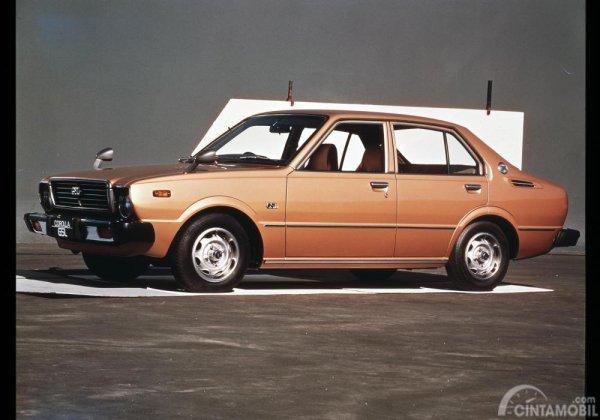 foto Toyota Corolla generasi 3 berwarna orange